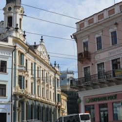 Початок вул. Кобилянської - колишній гостиний двір Три корони (зліва)