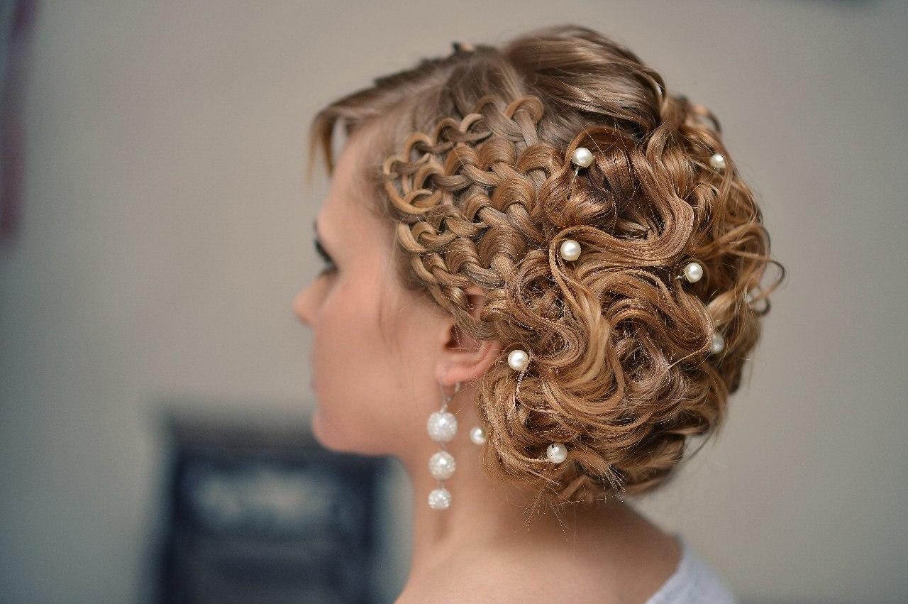 Прически на крученые волосы фото