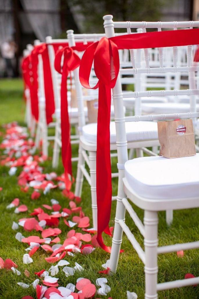 Из чего украсить стулья на свадьбу своими руками